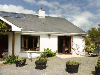 CLUAIN COTTAGE, semi-detached, woodburner, WiFi, pet-friendly, working farm, nr Wicklow, Ref 931967