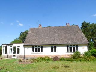 THE ROWANS, pet-friendly woodland cottage, garden, walking trails, Saint Ives Re