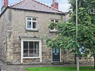 COBBLER'S COTTAGE, pet-friendly, character holiday cottage in Pickering, Ref
