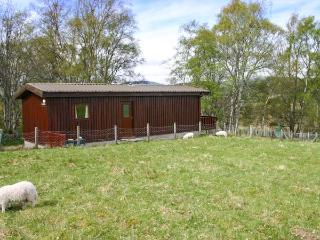 KULBERY, detached log cabin, decked balcony, pet-friendly, in Insh, near