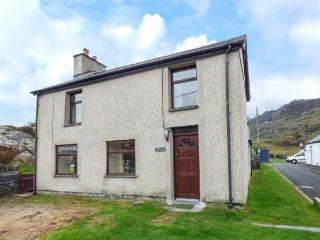 BRYN ALUN, character features, open fire, enclosed garden, walks from the door, in Tanygrisiau, Ref 939419