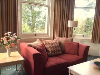 Spacious, Pet Friendly Ground Floor Apartment, Torquay