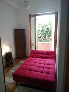 camera da letto, divano una piaza e mezza