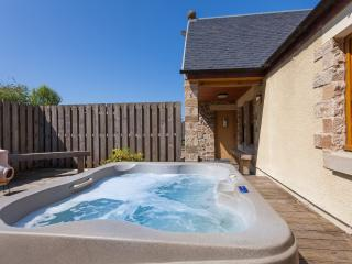 Rose Cottage with a Hot Tub and Badger Cam, Linlithgow