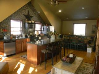 Spacious chalet. Hot tub , awsome view, Ellicottville