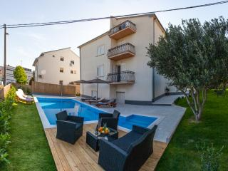 Podstrana, apartment with pool 100m from beach