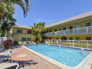Beachside St. Pete's Condo with Heated Pool – Near Landmark Restaurants, San Petersburgo