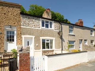 CHERRY TREE COTTAGE, mid-terrace, WiFi, courtyard, in Llandudno, Ref 936067