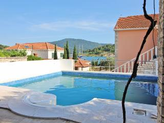 HOLIDAY HOUSE WITH POOL BY THE SEA, VELA LUKA, KOR