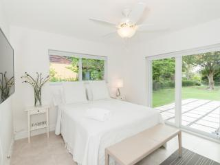 Cozy Private room in Shared Modern Miami Shores Home, North Miami