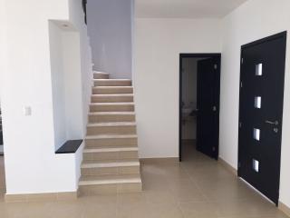 Entrada, escaleras y baño planta baja