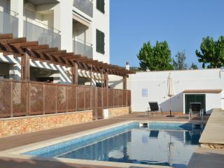 Dúplex tranquilo nuevo con piscina y A/C, Mercadal