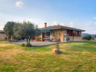 Casa aislada tranquila con buenas vistas y piscina, Bescano