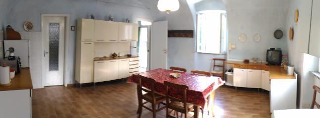 la grande cucina con voltine dal colore azzurro voluto dalla nonna negli anni '60..
