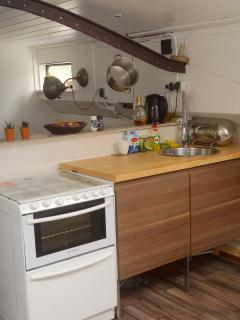 Houseboat Studio V: kitchen