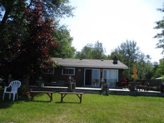 Waterfront cabin/great swimming, fishing/boating, Brimley