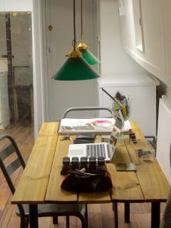 Houseboat Studio V: dining table