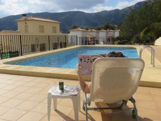 Clean modern villa, astounding mountain views, pool, beach 20 mins, Pego