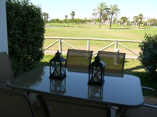 Beautiful 2 bedroom apartment 200m from sea & golf
