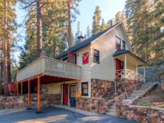 15% Off Labor Day!  3BR Big Bear Cabin w/Private Hot Tub, Sauna, & Great Big Yard w/ Fire Pit and Grill - Close to premier Mountain Biking!, Fawnskin