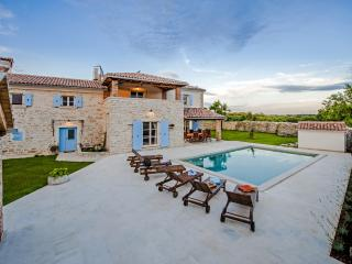 Luxurious Villa Tomani with Swimming Pool and BBQ, Kanfanar