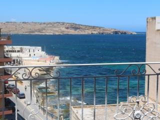 Penthouse with Sea Views & Jacuzzi, St Paul's Bay, San Pawl il-Baħar (St. Paul's Bay)