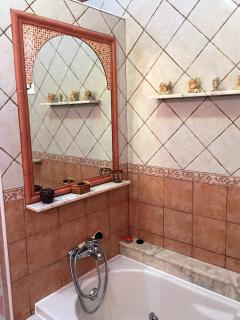 Baño principal con bañera de hidromasaje y ducha