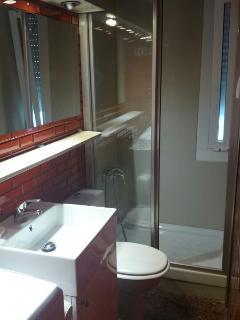Baño con ducha y lavadora