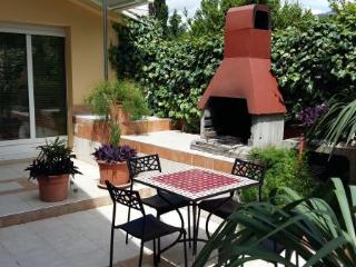 Apartment on the beach - terrace and bbq, Kastel Luksic