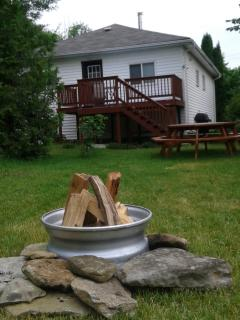 Large back yard- deck, BBQ, large picnic table, fire pit = FUN !