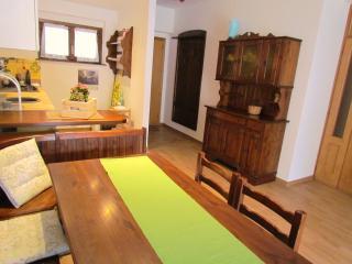 tavolo con panca nel soggiorno