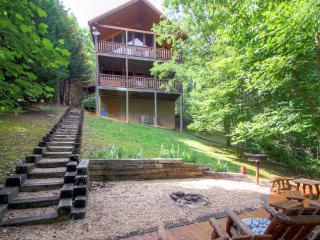 Secluded 2BR Wears Valley Cabin w/Fire Pit, Hot Tub, Charcoal Grill & Fireplace