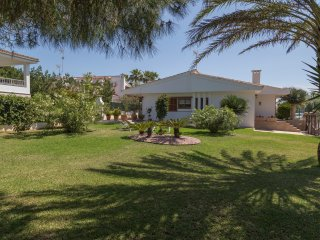 Villa Margarita 150m from a sandy beach