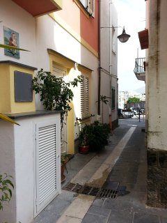 Vico Primo di Spigna che porta su C.so A. Rizzoli con parcheggio motoveicoli gratis.