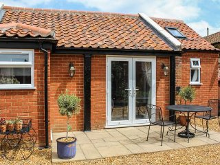 JACK'S CORNER, studio accommodation, ground floor, off road parking, patio, WiFi, Roydon near King's Lynn, Ref 923537