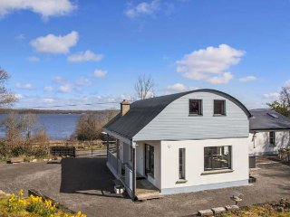 LAKESHORE COTTAGE, detached, en-suite, solid fuel stove, off road parking, garden, in Kinlough, Ref 932056