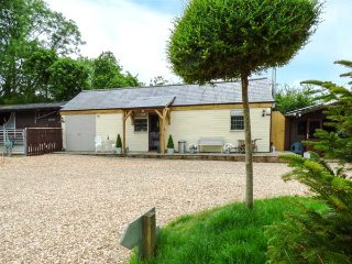 LONGHOUSE LODGE, timber lodge, king-size double, woodburner, Jacuzzi bath, in Mannington, Wimborne, Ref 935090