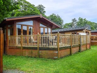 22 THIRLMERE, near Lake Windermere, private hot tub, parking, decked garden, in