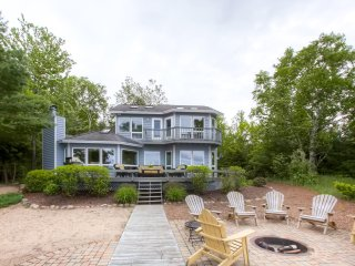 Beautifully Decorated 4BR Charlevoix Home on 100 Ft of Lake Michigan Shoreline w/Wifi, Fire Pit & Breathtaking Views - 10 Minutes from Downtown Charlevoix!, East Jordan