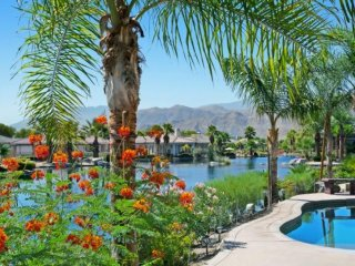Sparkling Waters, Mountains High!  Lakefront, Private Pool/Spa Home in Mission