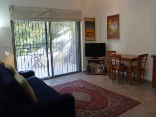 Newly Renovated Garden Apartment, Jerusalén