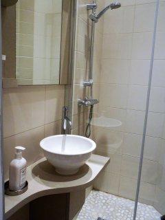 Salle de bain 2 avec douche et toilette
