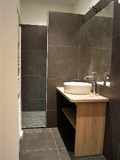 Grande salle de bain avec douche