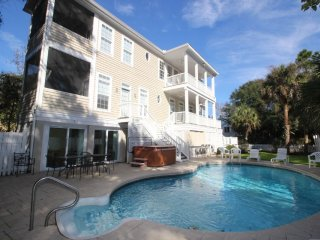 FREE BIKE RENTALS AND POOL HEAT* Steps to the Beach, Private Pool/Hot Tub, Poolside Bar, Pet Friendly!!, Hilton Head