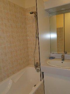 La salle de bains avec baignoire et douchette .. pratique