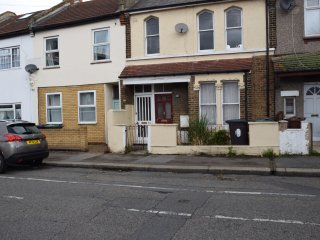2 Bed house (L) London  15 minutes to City Centre