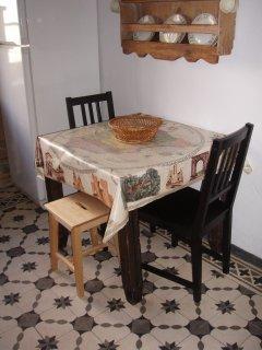 La mesa auxiliar en la cocina, para un desayuno o una merienda