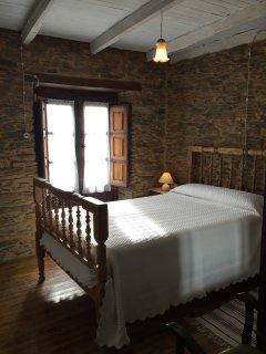 Una habitación cálida y acogedora con balcon y vistas pueblo.