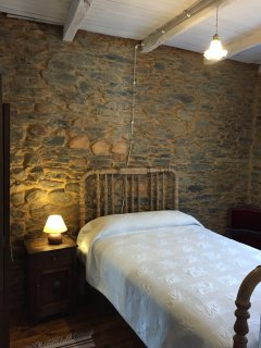 Habitaciones equipadas con armario, mesilla de noche, silla auxiliar y todas con luz natural