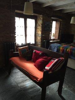 El escaño del salón frente a la chimenea.
